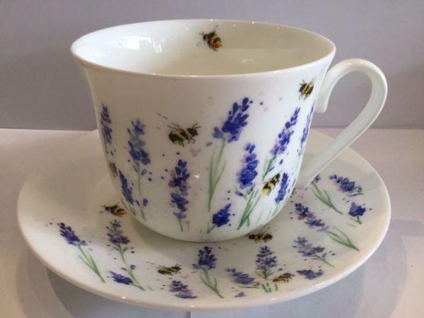 Jumbo Porzellan Tasse mit Untertasse (Lavendel und Bienen)