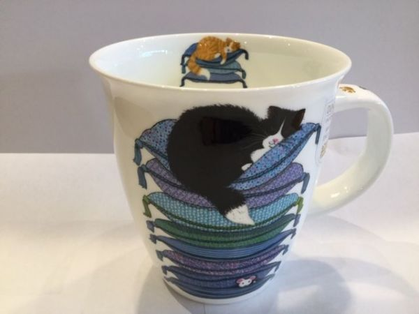 Porzellan Tassen Modell Nevis (schwarze Katze auf blauen Kissen)