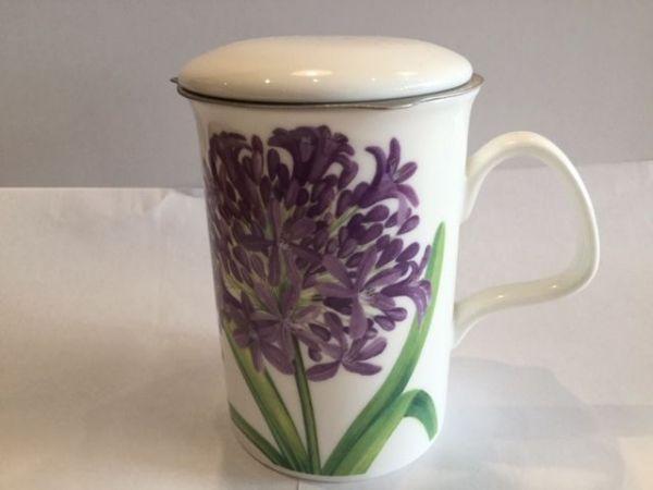 Porzellan Becher mit Edelstahl Filter und Porzellan Deckel (lila Blume)