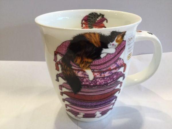 Porzellan Tassen Modell Nevis (schwarze Katze auf violetten Kissen)
