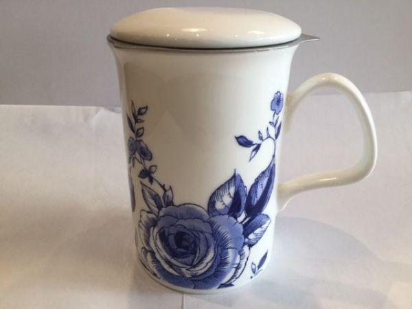 Porzellan Becher mit Edelstahl Filter und Porzellan Deckel (blaue Rose)