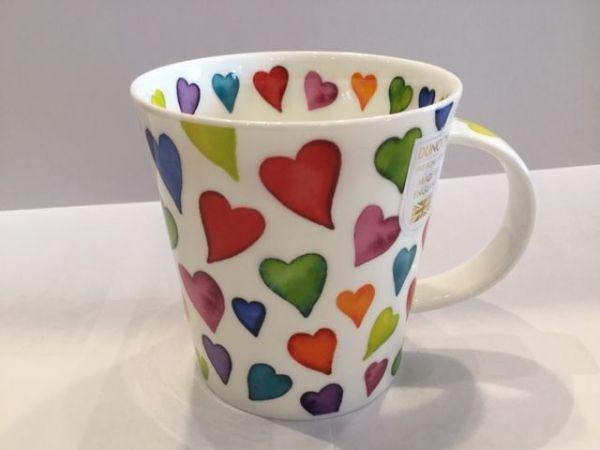 Porzellan Tasse (bunte Herzen)